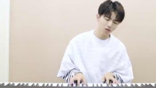 """才子!王俊凯弹唱""""说好的幸福呢"""""""