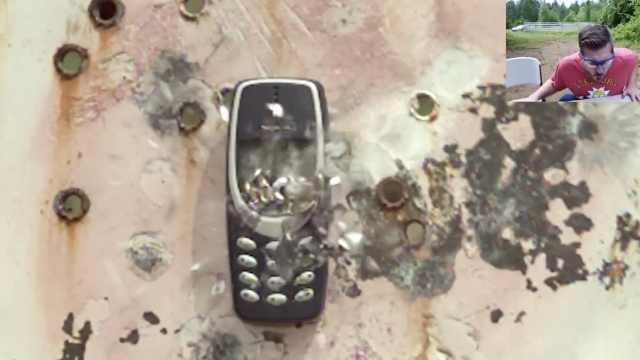 外国小哥枪射诺基亚3310:手机无损
