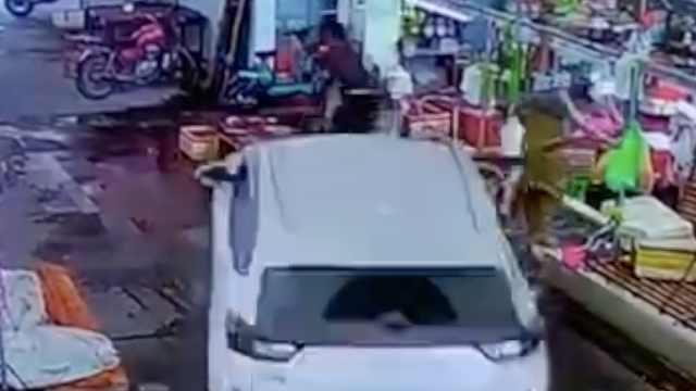 小车突然失控冲进菜市场,摊贩被撞