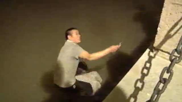 男子不慎被撞落水,警民联手救援