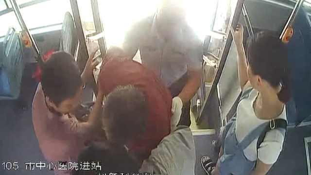 老人行动不便,公交司机一路4次搀扶