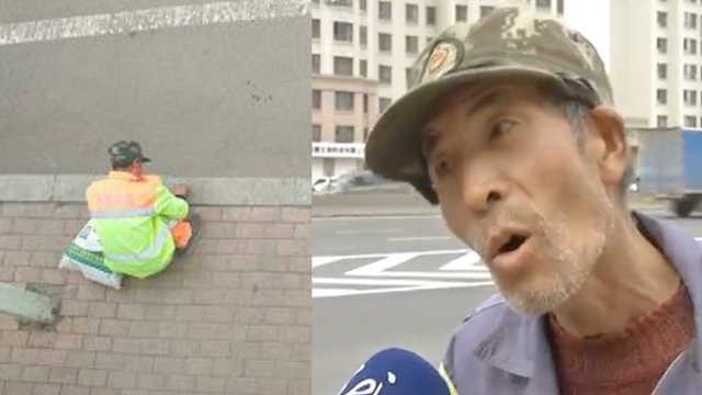 太励志!64岁环卫大爷马路边学英语