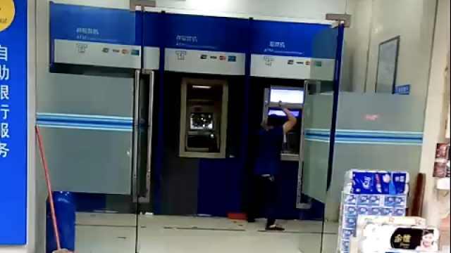 狂!光天化日,大汉持砖怒砸3台ATM机