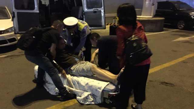 他粉碎性骨折,交警把他抬上车