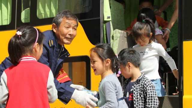 公交司机退休前为小朋友过六一