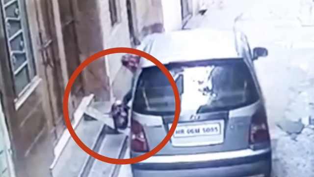印度2天大女婴被抛,监控拍下全程