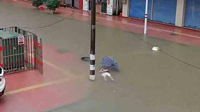 疑暴雨积水漏电,男子路口突然倒地