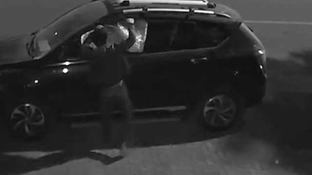 男子撬下整块车窗玻璃,钻车内行窃