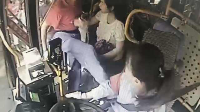 老人上车脚被夹,竟飞踹女司机2脚