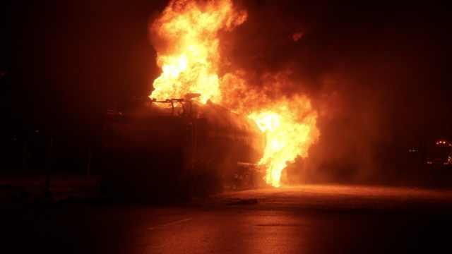 油罐车肇事泄漏起火,瞬间引燃8车