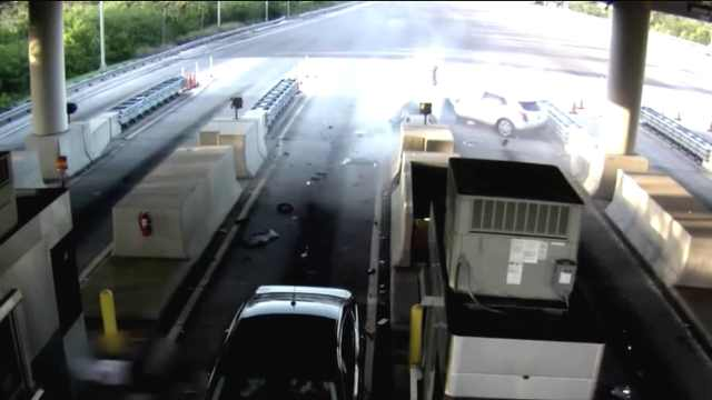 恐怖!超速司机撞上收费站飞出窗外