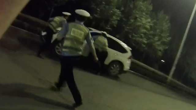 酒驾男疯狂闯卡,撞3交警抢走测试棒