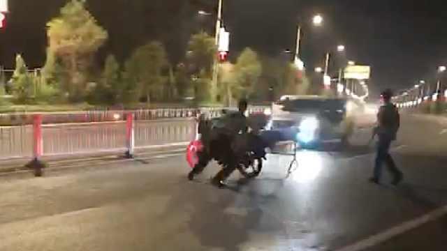 司机遇查掉头狂逃,撞飞民警摩托车