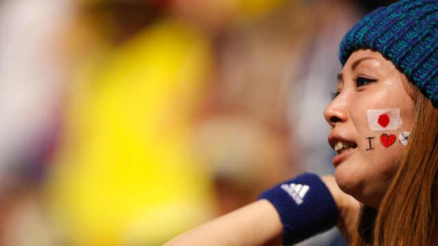 日本球迷赛后捡垃圾,赢得对手点赞