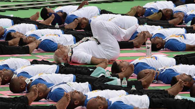 直播:总理带头劈叉,印度五万人瑜伽