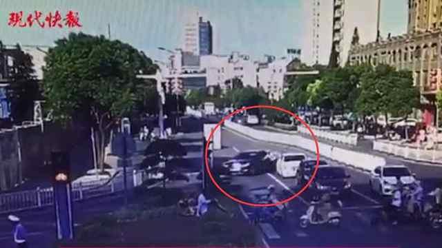 男子被吊销驾照,开奔驰闯卡撞交警