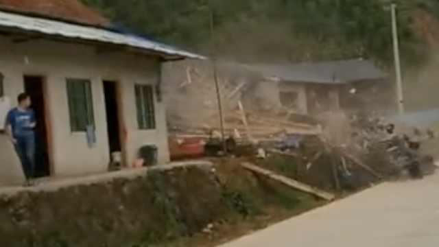 泥石流瞬间下滑,村民木房被冲散架