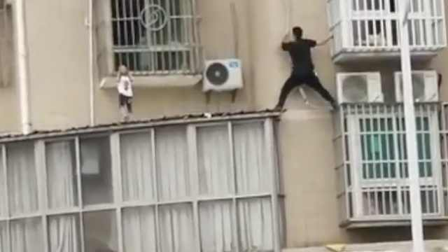 男童头卡防盗网,男子徒手爬3楼营救