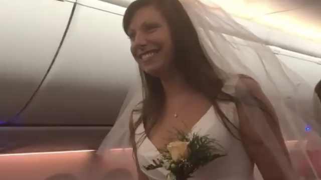 新人在飞机上结婚,机长主持婚礼