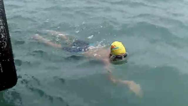 12人横渡琼州海峡,他负伤单臂游完