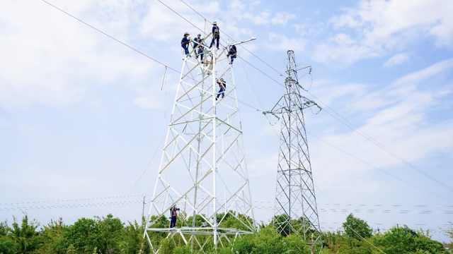 他们爬50米铁塔迁改电路,5天迁10座