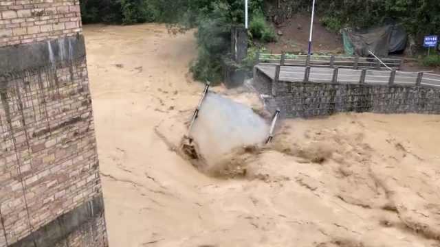云南文山洪水冲断桥,市民街上游泳