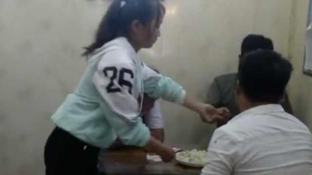 女孩中考后餐馆做兼职:攒钱买手机