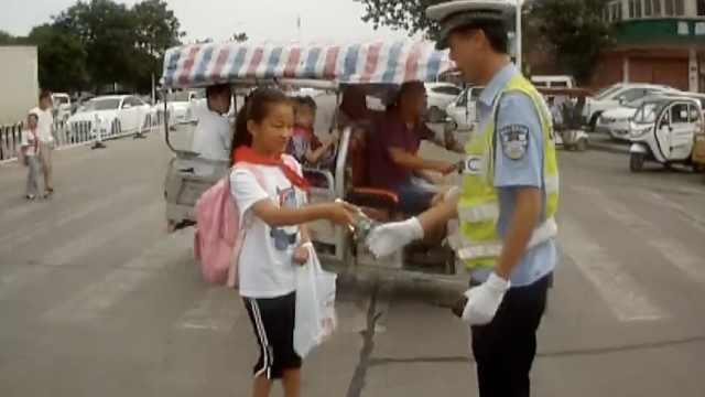 小学生为民警送水,还亲手写信感谢