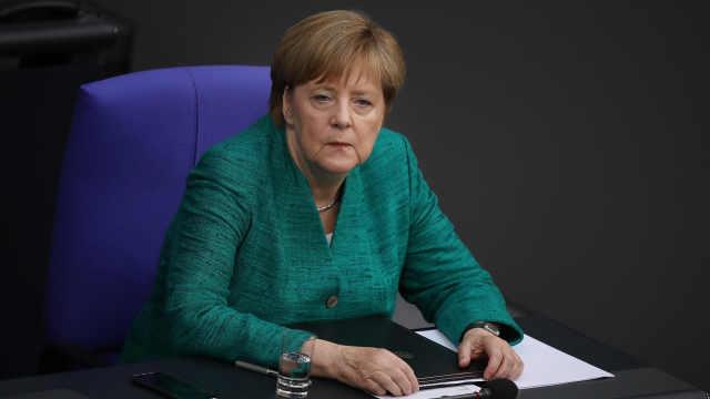 机器人索菲亚安慰默克尔:德国最强!