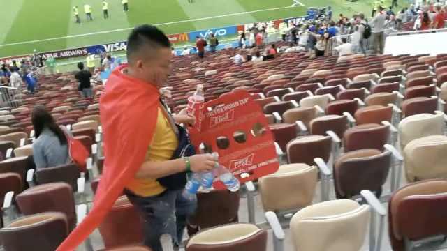 赛后捡垃圾,中国球迷一直在行动