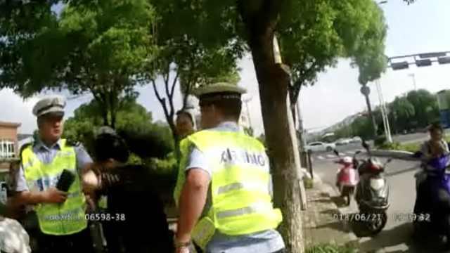 她对交警又打又咬,事后认错:我该拘