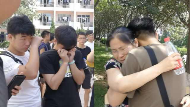 不舍!男生泪别校园,抱着老师痛哭