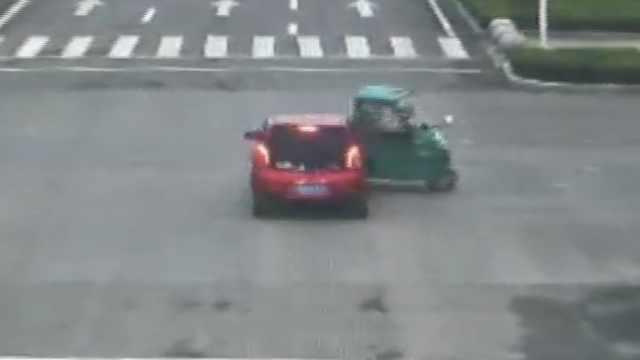 司机闯灯撞车身亡,自己负一半责任