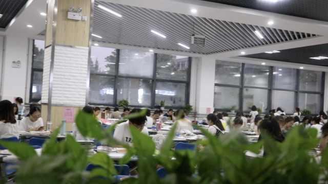 抢不到座,学生扎推食堂复习:吃饭近