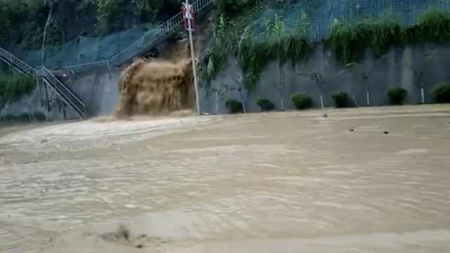 彭水遭暴雨袭击,一夜之间公路成河