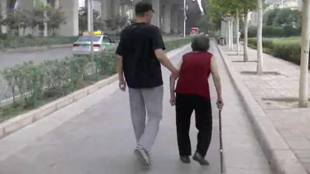 8旬母患痴呆症,他1天陪同散步4小时