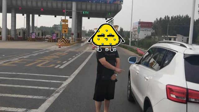 男子驾无牌车上高速,见交警狂倒车