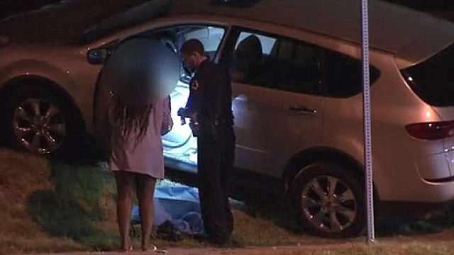 俩儿子还在车上,她开枪打伤偷车贼