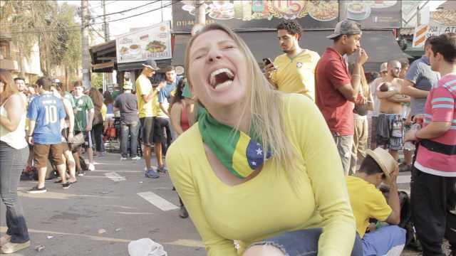 爆笑!快来看巴西美女学内马尔假摔