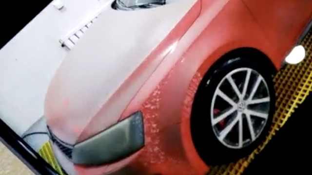 车被工地水泥糊一身,工人用污水擦
