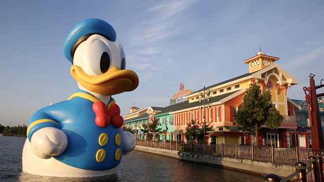 高11米!上海迪士尼惊现巨型唐老鸭