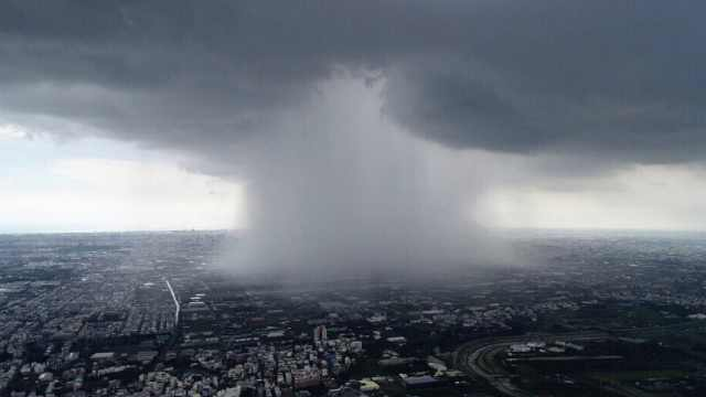 台南惊现雨瀑奇景:天空