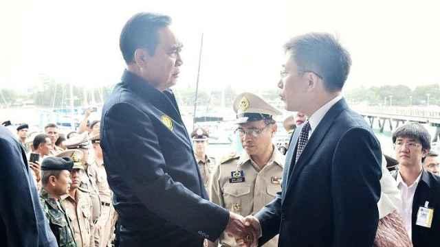 泰国总理看望中国伤者,表情凝重