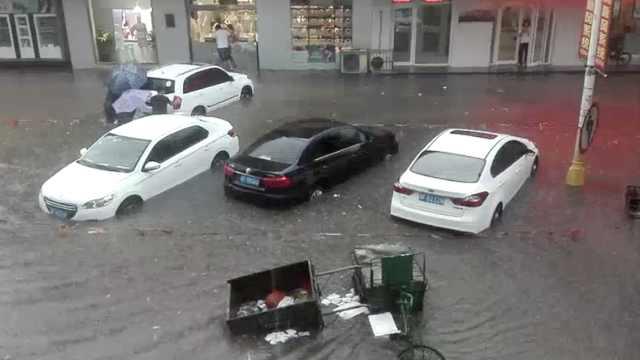 河北暴雨马路成河,小车驶过掀大浪