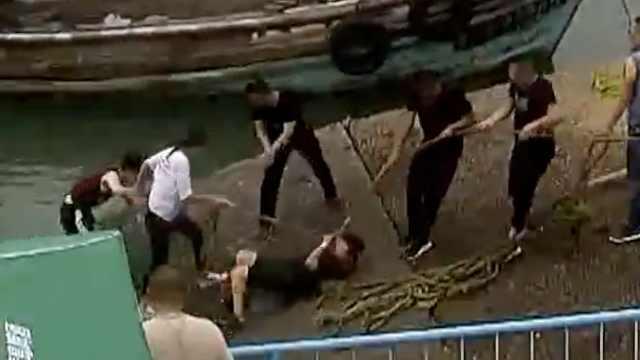 3女生码头游玩,踩青苔打滑挨个落水