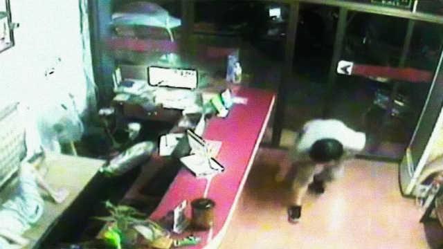 男子抢劫留银行卡和密码:准备还钱