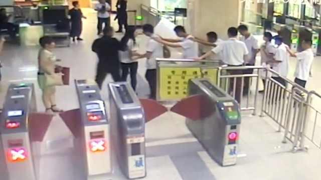 做你的眼!150盲人乘地铁他们帮搀扶