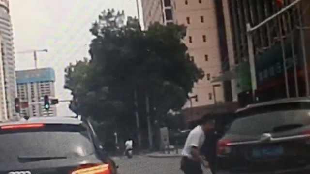 suv撞倒电动车后,司机乘客一秒换位