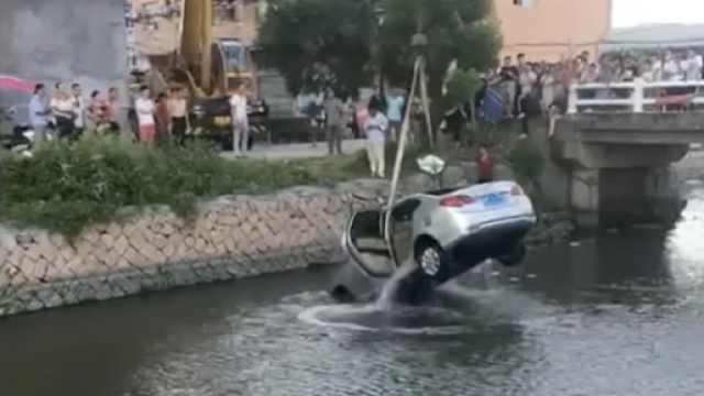 天气太热?无人小车溜进河中
