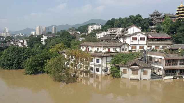 水上派出所被淹,民警划船艇接处警